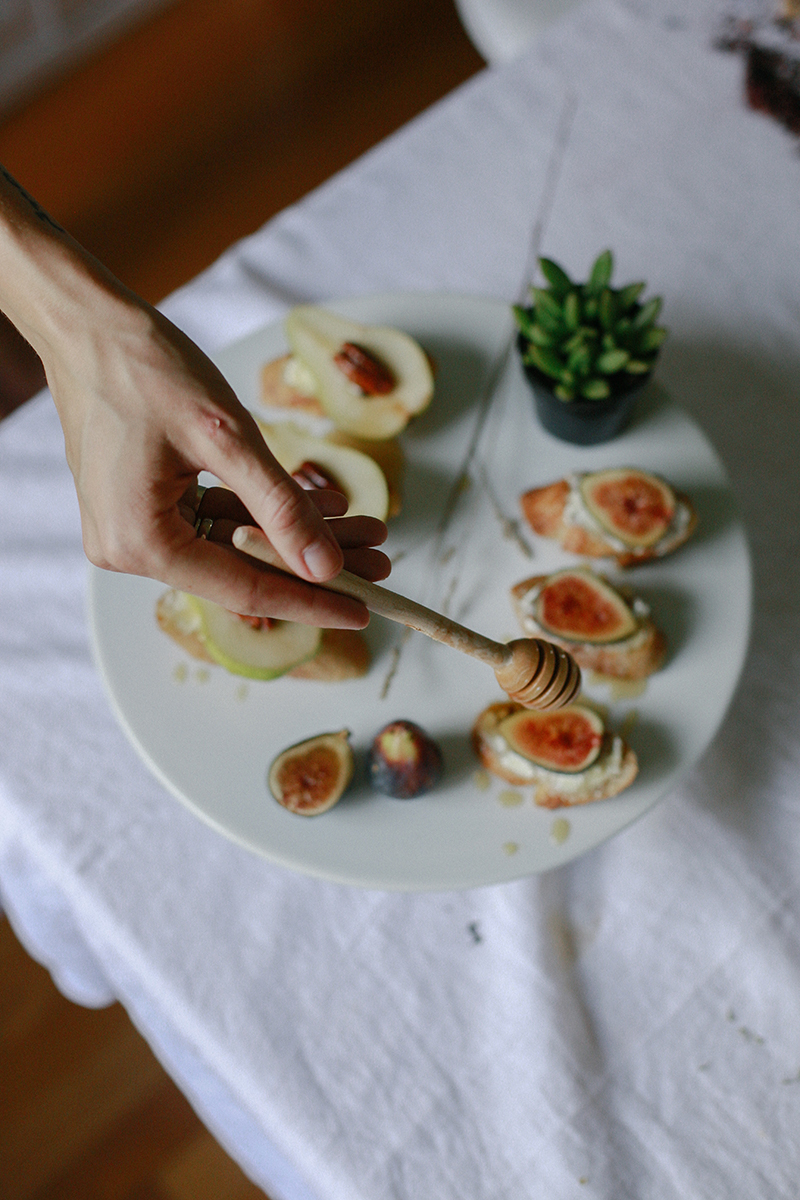 fig and cheese crostinis